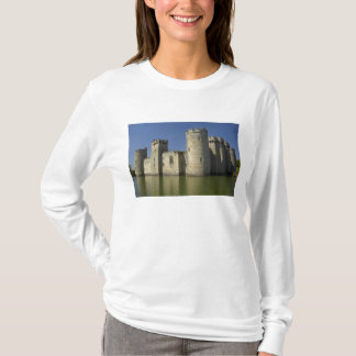 Bodiam Schloss (1385), reflektiert im Burggraben, T-Shirt