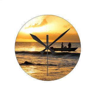 Boot am Sonnenuntergang Runde Wanduhr