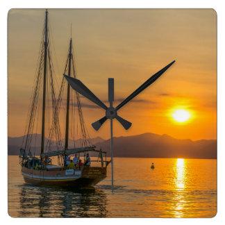 Boot an der Sonnenuntergangquadrat-Wanduhr Quadratische Wanduhr