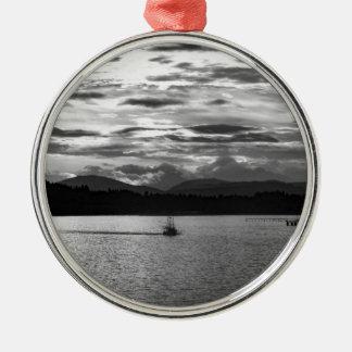Boot auf dem Wasser Rundes Silberfarbenes Ornament