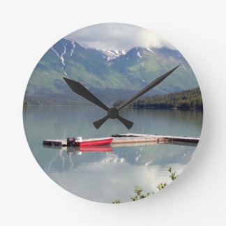 Boot auf Trailsee, Alaska Runde Wanduhr