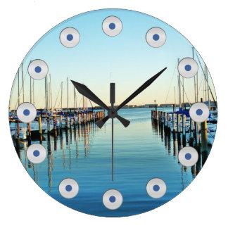 Boote am Jachthafen durch Shirley Taylor Große Wanduhr