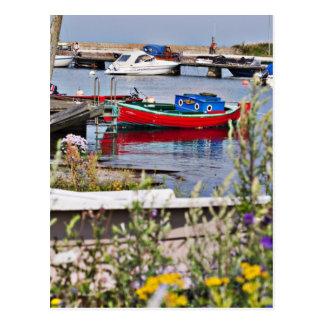 Boote angekoppelt im kleinen Hafen Postkarte