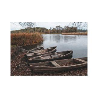 Boote auf der Flussbank Leinwanddruck