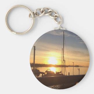 Boote auf Jachthafen am Sonnenuntergang Schlüsselanhänger