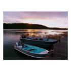 Boote durch das Dock am Sonnenuntergang Poster