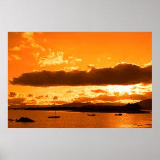 Boote in einer ruhigen Bucht mit Insel nah an Poster
