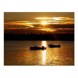 Boote und brennender Himmel Postkarte
