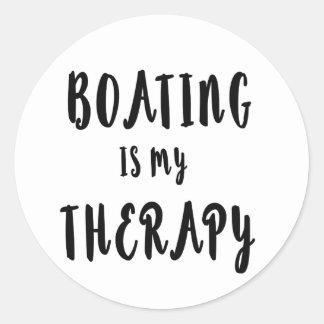 Bootfahrt ist meine Therapie Runder Aufkleber