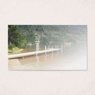 Bootsdock auf einem See durch einen Berg Visitenkarte