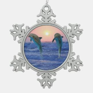 Bottlenose-Delphin am Sonnenaufgang Schneeflocken Zinn-Ornament