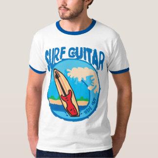 Brandungs-Gitarre: Rote Gitarre auf Surfbrett. T-Shirt