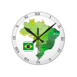Brasilien-Flagge und politische Karte Uhren