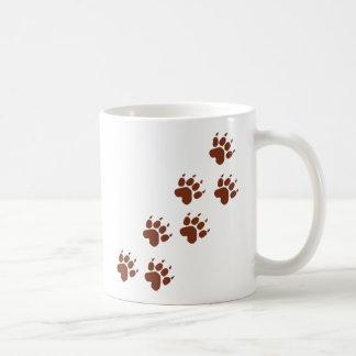 braune Auflage vollzieht Ikone nach Kaffeetasse