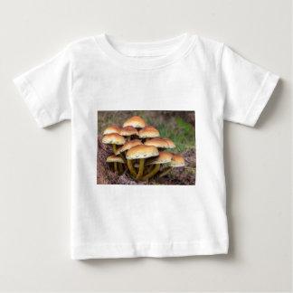 Braune Pilze der Gruppe im Fallwald Baby T-shirt