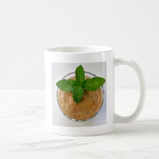 brauner Bananenoregano Smoothie und grüne Kaffeetasse