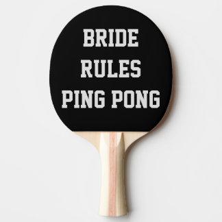 Braut ordnet Hochzeits-Klingeln Pong Paddel an Tischtennis Schläger