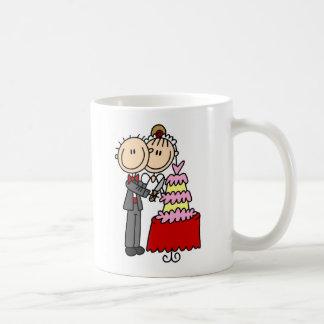 Braut und Bräutigam durch die Kaffeetasse