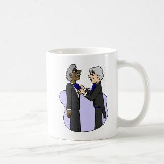 Bräutigame, die für wedding altes zwischen kaffeetasse