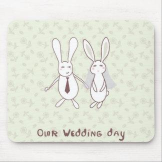Brautpartyeinladung mit zwei niedlichen Kaninchen  Mousepads