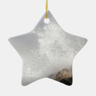 Brechende Wellen auf Felsen auf dem adriatischen Keramik Stern-Ornament