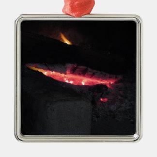 Brennender Kamin mit Feuerflammen auf Schwarzem Quadratisches Silberfarbenes Ornament
