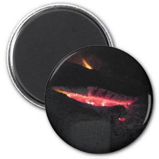 Brennender Kamin mit Feuerflammen auf Schwarzem Runder Magnet 5,7 Cm
