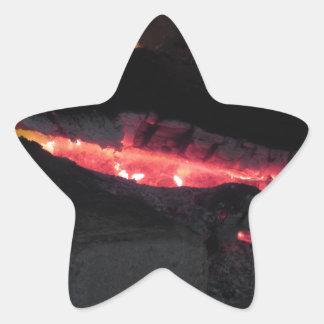 Brennender Kamin mit Feuerflammen auf Schwarzem Stern-Aufkleber