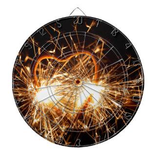 Brennender Sparkler in der Form eines Herzens Dartscheibe