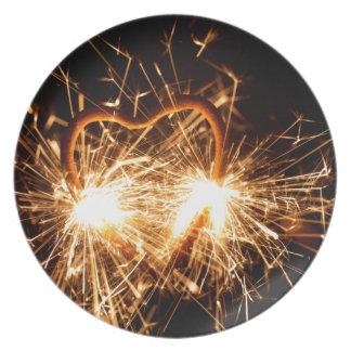 Brennender Sparkler in der Form eines Herzens Melaminteller