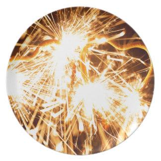 Brennender Sparkler in der Form eines Herzens Teller