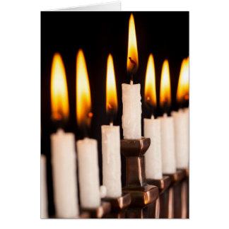 Brennendes Weiß Chanukkas Menorah leuchtet Karte