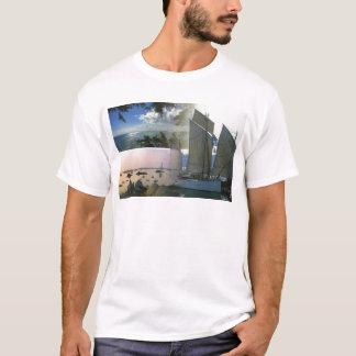 Bretonisches Boot und felsige Küste T-Shirt