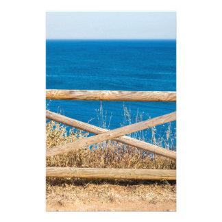 Bretterzaun an der Küste mit blauem sea.JPG Briefpapier