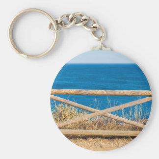 Bretterzaun an der Küste mit blauem sea.JPG Schlüsselanhänger