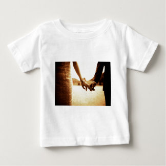 Bride and groom Holding hands im Tintenfisch Baby T-shirt