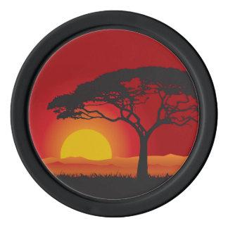Briliiant roter Sonnenuntergang unter dem Poker Chips Set