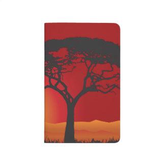 Briliiant roter Sonnenuntergang unter dem Taschennotizbuch