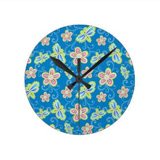 Brillant Blumen, Libellen und Wirbel auf Blau Runde Wanduhr