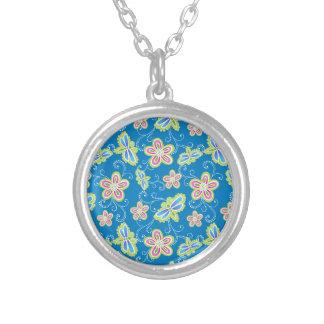 Brillant Blumen, Libellen und Wirbel auf Blau Versilberte Kette