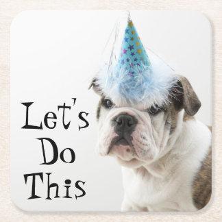 Britischer Bulldoggen-Welpe, der einen Party-Hut Rechteckiger Pappuntersetzer