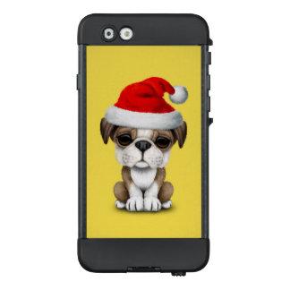 Britischer Bulldoggen-Welpen-Hund, der eine LifeProof NÜÜD iPhone 6 Hülle