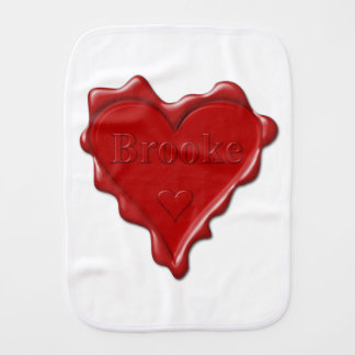 Brooke. Rotes Herzwachs-Siegel mit NamensBrooke Baby Spucktuch