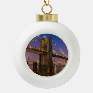 Brooklyn-Brücke nachts in New York City USA Keramik Kugel-Ornament