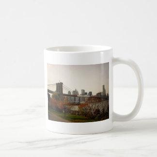 Brooklyn-Brücke und die Herbst-Bäume, NYC Kaffeetasse
