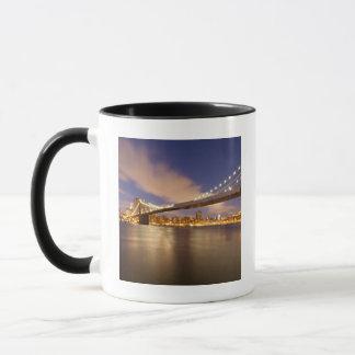 Brooklyn-Brücke und Manhattan nachts Tasse