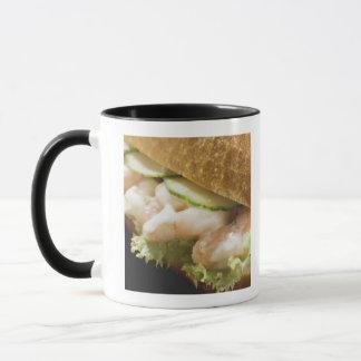 Brötchen gefüllt mit Garnelen, Gurke und Tasse