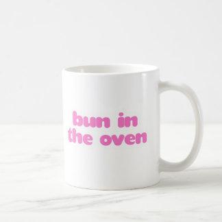 Brötchen im Ofen - Rosa Kaffeetasse