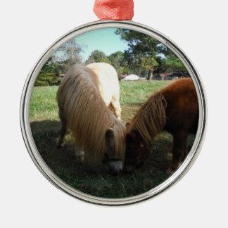 """Brown blond,"""" Miniaturpferde """" zwei kleine Ponys Rundes Silberfarbenes Ornament"""