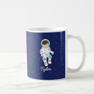 Brown-Haar-Astronaut im Raum Kaffeetasse